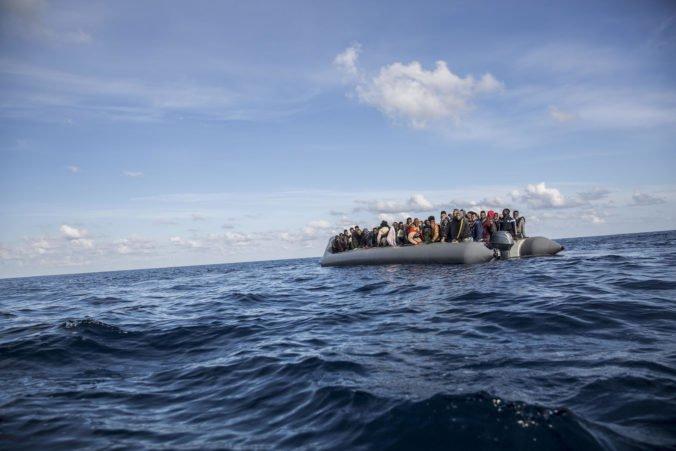 Pobrežná stráž v Stredozemnom mori zadžala desiatky migrantov mieriacich do Európy