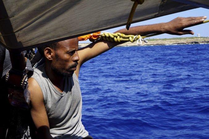 Situácia na záchrannej lodi Open Arms je zúfalá, v beznádeji skočil do mora ďalší migrant