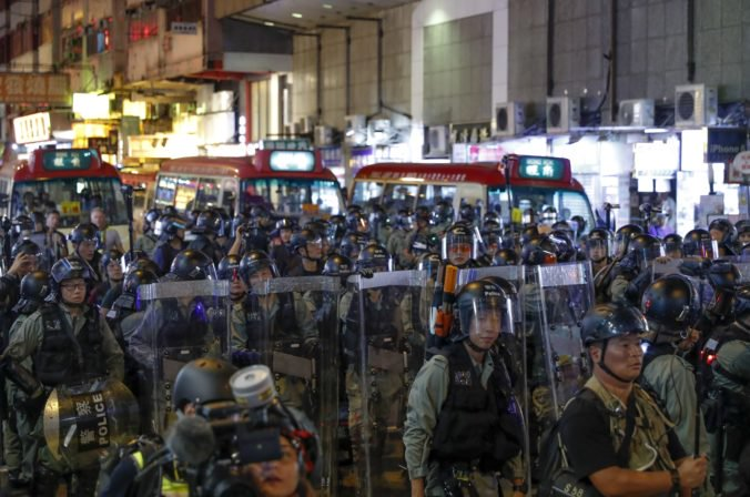 Video: Do ulíc Hongkongu opäť vyšli opoziční aj pročínski demonštranti