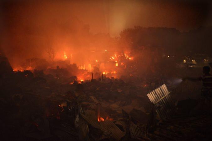 Video: Obrovský požiar zničil slum v Dháke, o strechu nad hlavou prišlo 50-tisíc ľudí