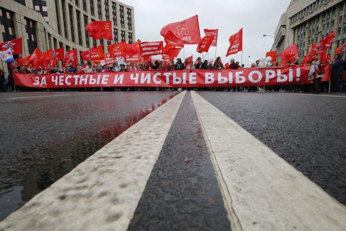 Foto: V Moskve boli ďalšie demonštrácie, protestovali komunisti a jednotlivo aj stúpenci opozície
