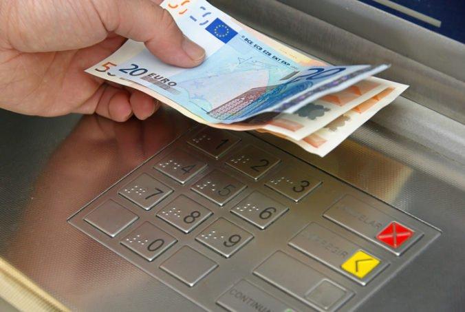Dôchodkyňa si z bankomatu vybrala stovky eur, mladík jej bankovky vytrhol z ruky a dal sa na útek