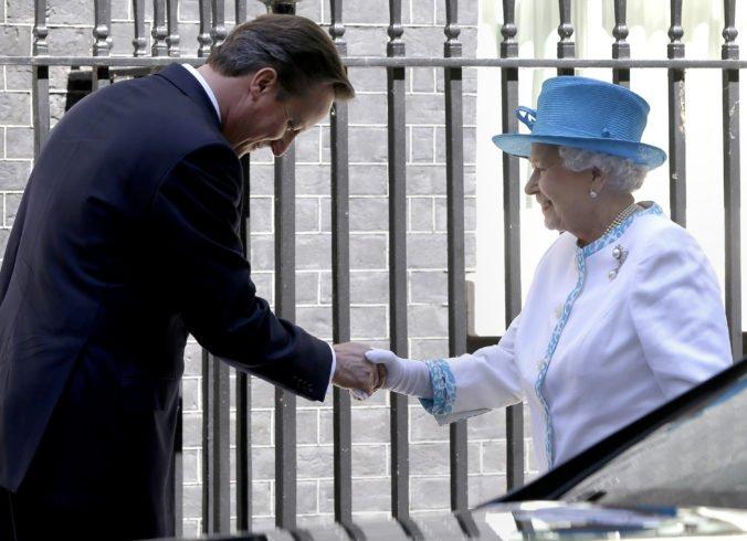 Expremiér Cameron priznal, že pred referendom o škótskej nezávislosti požiadal o pomoc kráľovnú
