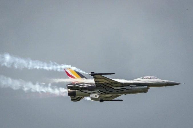 Stíhačka F-16 havarovala pri meste Pluvigner, pilot skončil na elektrickom vedení