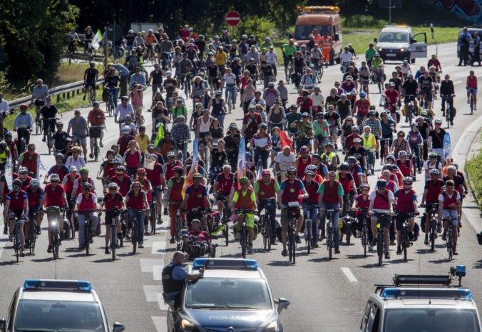 Tisíce ľudí vo Frankfurte protestovali proti klimatickým zmenám, kvôli cyklistom zavreli diaľnicu