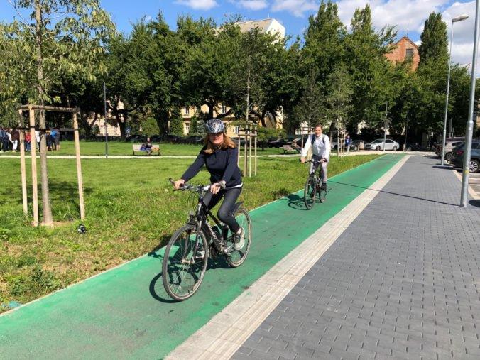 Foto: Ministerka Matečná prišla do parlamentu na bicykli, propagovala ekologickú dopravu