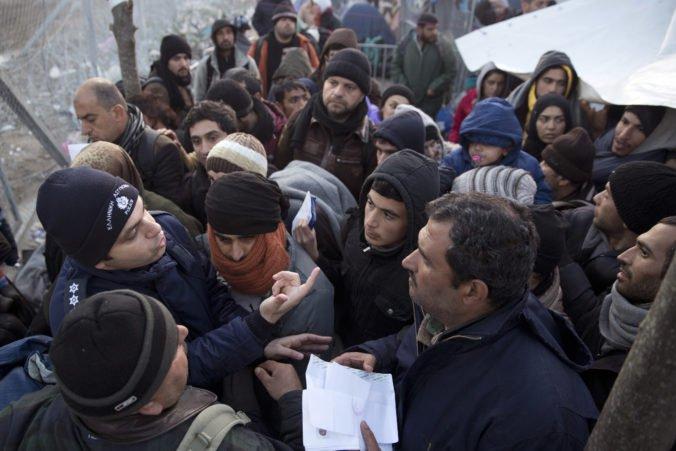 Z dvoch budov v centre Atén vysťahovali stovky migrantov, počas akcie našli aj zbrane a nože