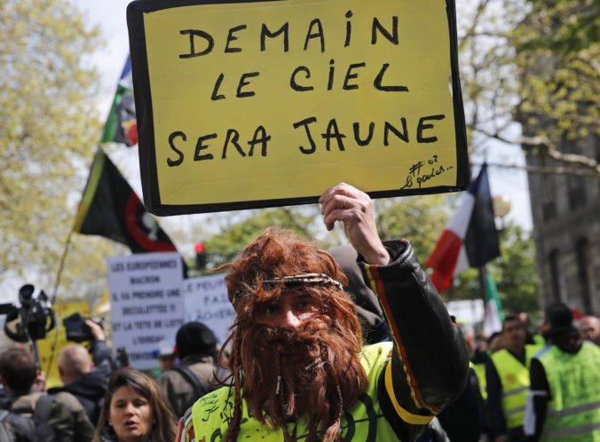 Francúzska polícia mobilizuje posily, v Paríži budú protestovať žlté vesty aj enviroaktivisti