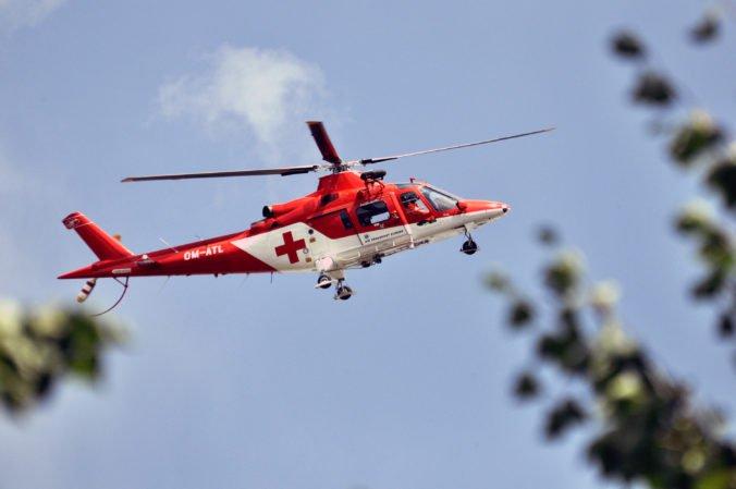Deväťročný chlapec sa pri páde zo stromu napichol na tyč, zasahoval vrtuľník