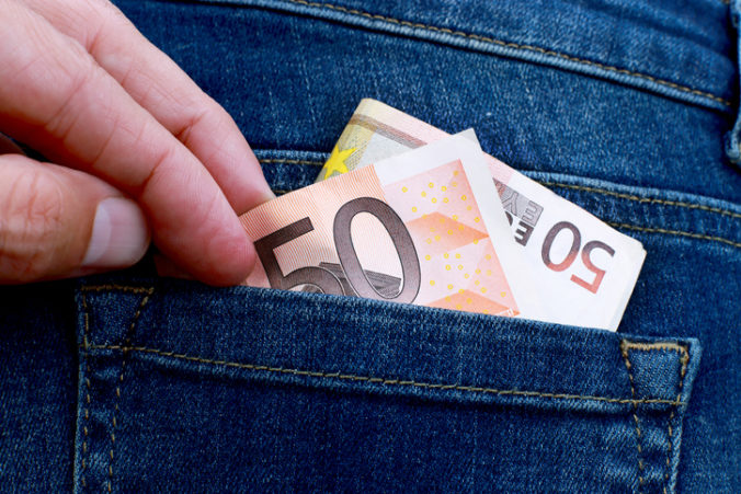 Zlodej okradol 61-ročného muža o stovky eur, ten si však zapamätal evidenčné číslo jeho auta