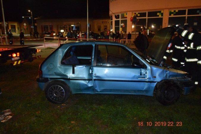 Foto: Tínedžer bez vodičáku havaroval na úteku pred políciou, na chodníku zranil dve dievčatá