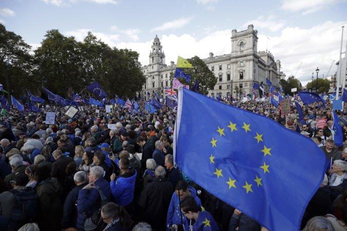 Centrum Londýna zaplnili desaťtisíce demonštrantov protestujúcich proti brexitu