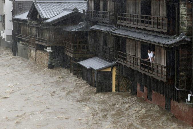 Video: Tokio bičuje silný dážď a vietor, blíži sa tajfún Hagibis