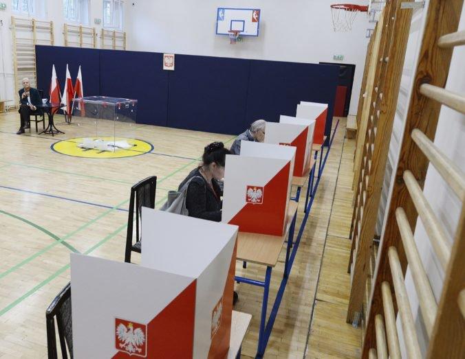 Poliaci si volia nový parlament, očakáva sa víťazstvo strany Právo a spravodlivosť