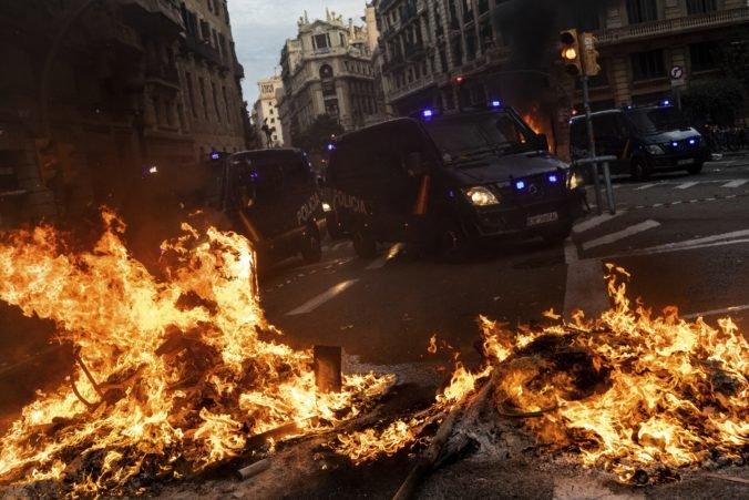 Video: V Barcelone pokračujú protesty Kataláncov, došlo aj k zrážkam s políciou