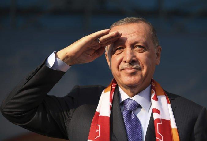 """Erdogan hrozí kurdským bojovníkom, že im """"rozdrví hlavy"""", ak sa nestiahnu z pohraničia"""