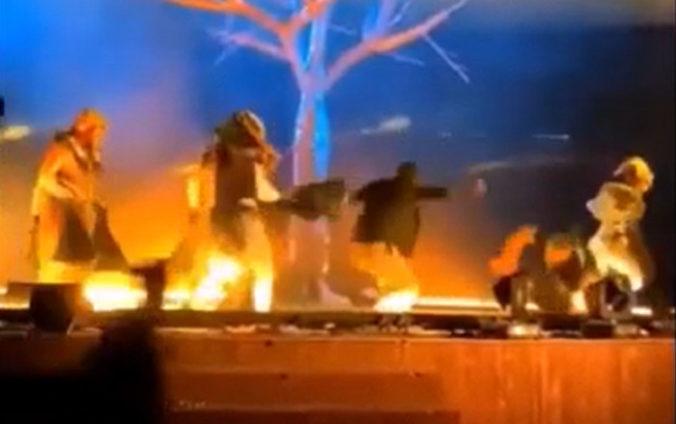 Muž vybehol počas predstavenia na pódium a s nožom zaútočil na umelcov