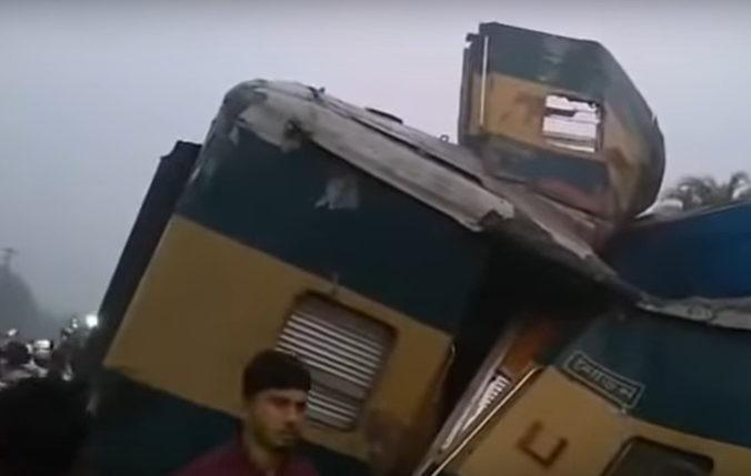 Video: Pri Dháke do seba čelne narazili dva rýchliky, nehoda si vyžiadala mŕtvych aj zranených