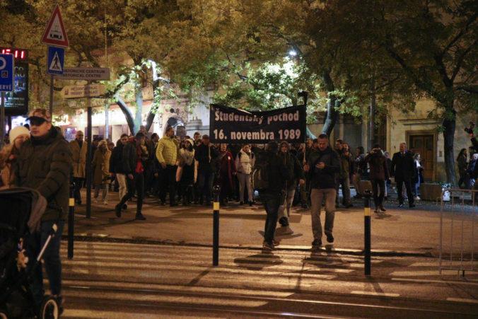 Foto: Bratislavskí študenti demonštrovali pred 30 rokmi už 16. novembra, vytvorili živú reťaz