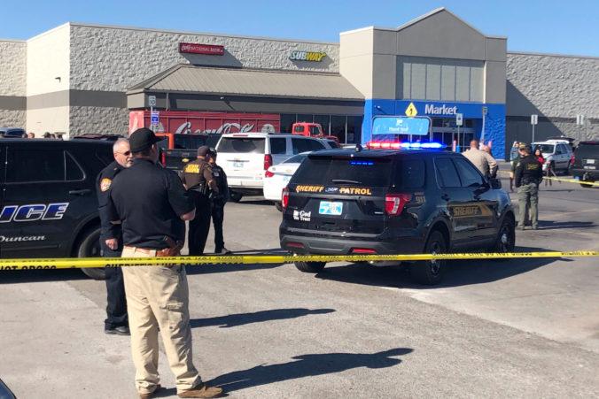 Video: Na parkovisku pred nákupným strediskom Walmart sa strieľalo, o život prišli tri osoby