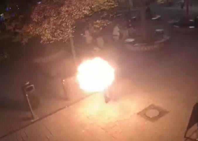 Video: Na bratislavskom Námestí SNP sa podpálil muž