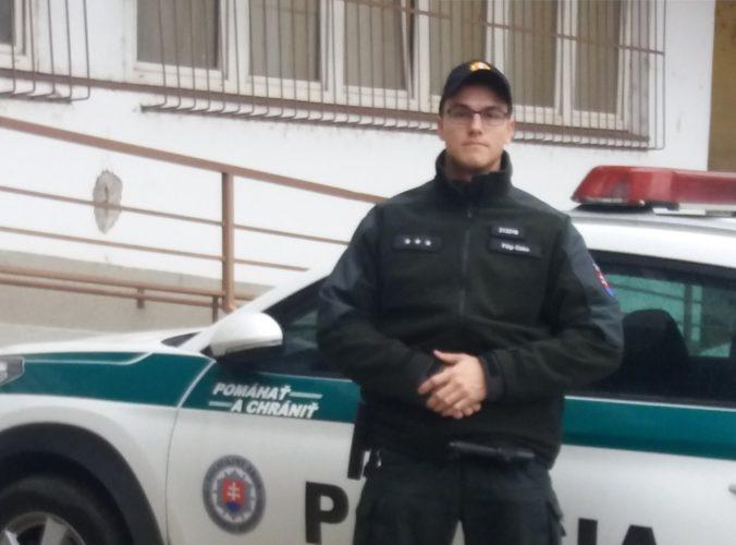 Foto: Muž sa pokúšal zachrániť mladú ženu vo Váhu, všimol si ich mladý policajt v čase voľna