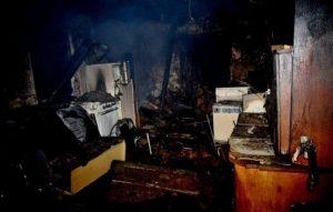 Foto: Prístavbu rodinného domu pohltili plamene, v ruinách našli mŕtveho muža