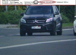 """Foto: Nepoučiteľný mladík na Mercedese """"zbiera"""" bločky za rýchlosť, opäť dostal mastnú pokutu"""