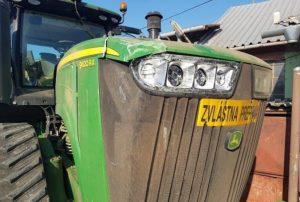 Foto: Na poli pri Bešeňove sa stala kuriózna nehoda, traktorista zdemoloval elektrický stĺp