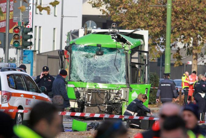 Autobus sa v Miláne zrazil so smetiarskym autom, nehoda si vyžiadala dvanásť zranených