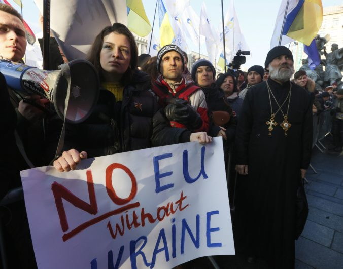 Demonštranti v Kyjeve vyzvali prezidenta, aby na summite bránil záujmy Ukrajiny