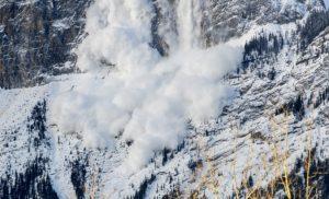 V Nízkych Tatrách spadla lavína, zasypaného mladého lyžiara už nedokázali zachrániť