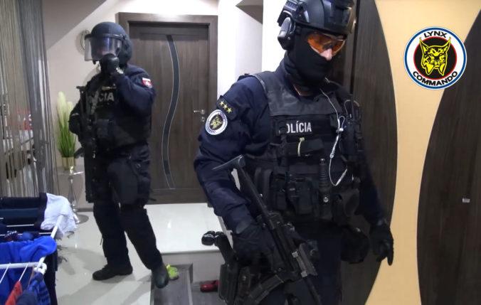 """NAKA zadržala dvoch mužov údajne zo zločineckej skupiny """"Sereďania"""", ďalší je na úteku (video)"""