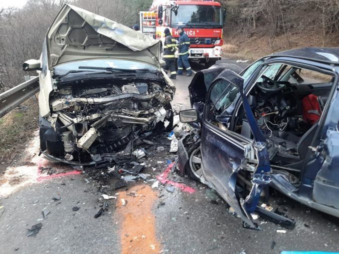 Zrážka dvoch áut na Orave si vyžiadala jednu obeť (foto)