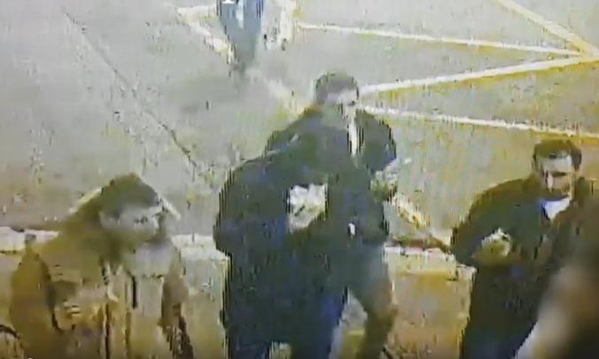 Polícia vyšetruje tragický incident na Námestí SNP v Bratislave, hľadá mužov zo záznamov (video)