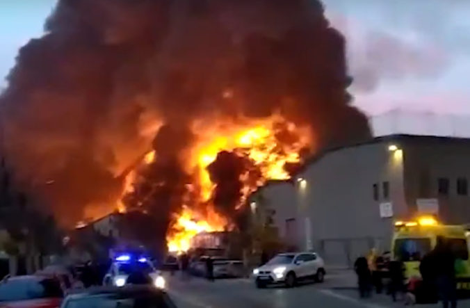 Chemickú továreň pri Barcelone zachvátil veľký požiar, plamene šľahajú vysoko do výšky (video)