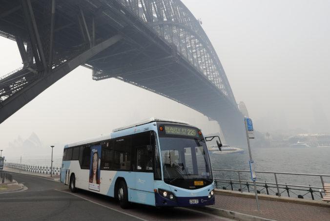 Sydney zahalil dym z lesných požiarov, narušil dopravu a viedol aj k evakuáciám (video)