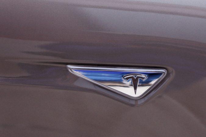 Automobil Tesla narazil do dvoch áut, keď bol v režime autopilota