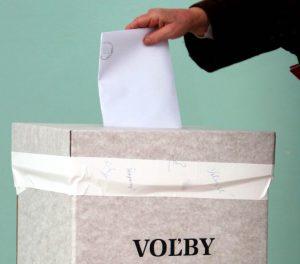 Vo voľbách môže hlasovať vyše dvestotisíc prvovoličov. Čím ich chcú osloviť politické strany?
