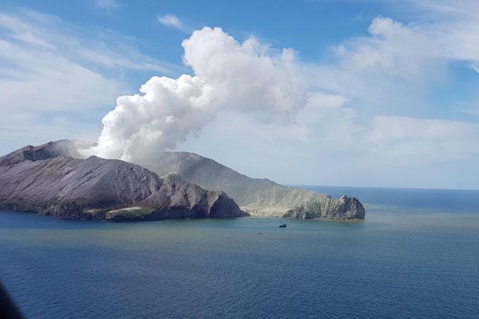 Po výbuchu sopky White Island je niekoľko ľudí nezvestných, na ostrove nenašli stopy po živote