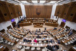 Poslanci prijmú uznesenie k Iraku, mali by rokovať aj o návrhoch vylúčených z poslednej schôdze (naživo)