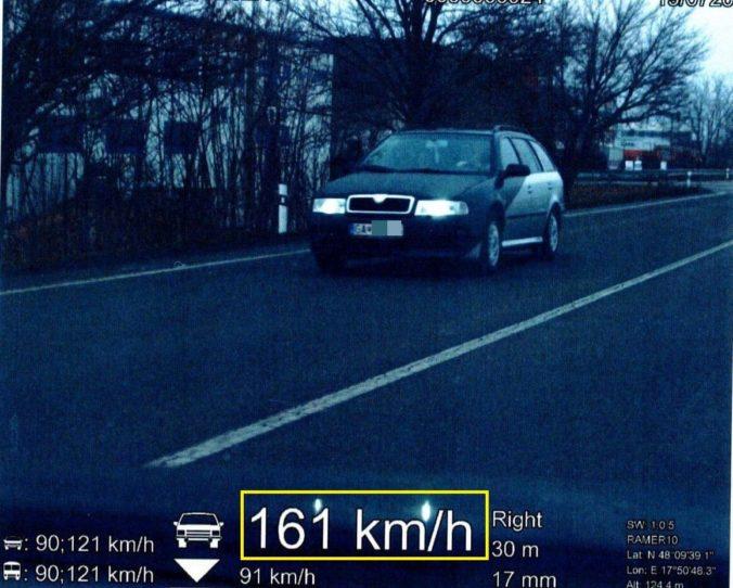 Vodiča pri Šali vyšla rýchla jazda draho, prišiel o vodičák aj o doklady od auta