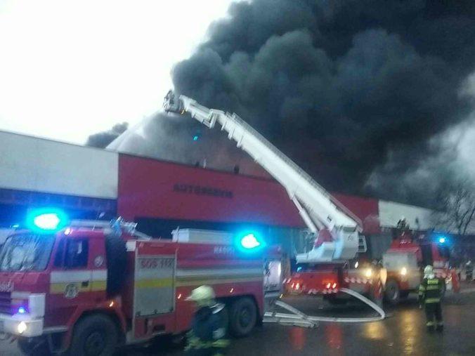 Halu v Šuranoch zachvátil požiar, hasiči bojujú s ohňom už niekoľko hodín (foto)