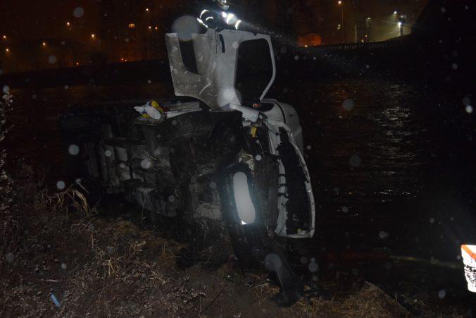 Vodič nákladiaka mal šťastie v nešťastí, s autom skončil vo Váhu a vyviazol iba s pokutou