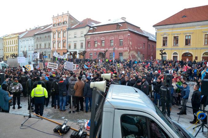 Stovky ľudí v Levoči zrušili kotlebovcom míting, Mazureka vypískali (foto)