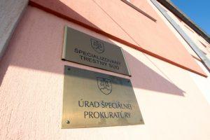 Demokratická strana odmieta prepustenie Trnku, jej predstavitelia dali reťaz na dvere prokuratúry