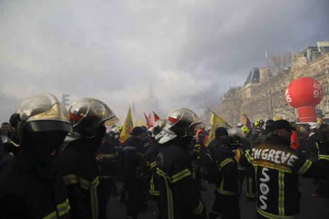 Hasiči demonštrovali v Paríži za zvýšenie platov, policajti proti nim použili vodné delá (video)