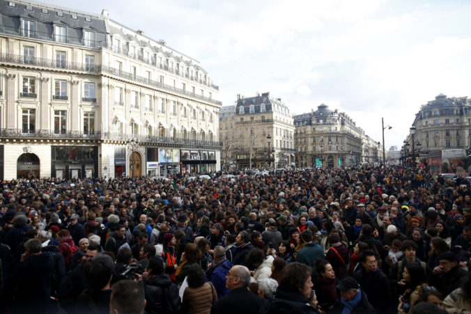 Štrajkujúci odborári pristúpili k nečakanému kroku, na predmestiach Paríža vypli elektrinu