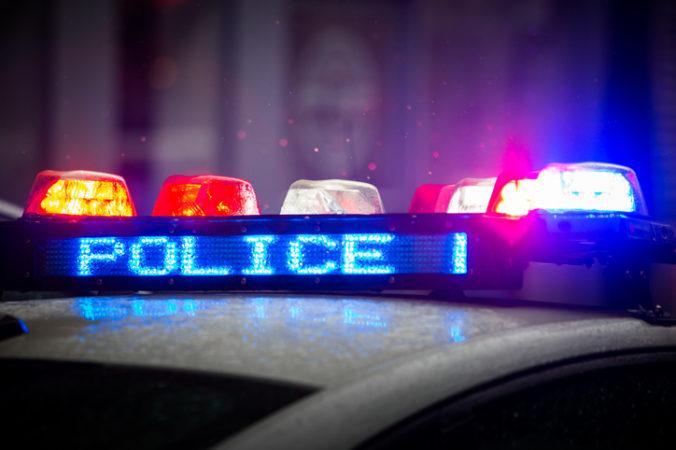 Muž mieril laserom na pristávajúce lietadlá a zranil pilota, policajtom sa vyhrážal s kladivom