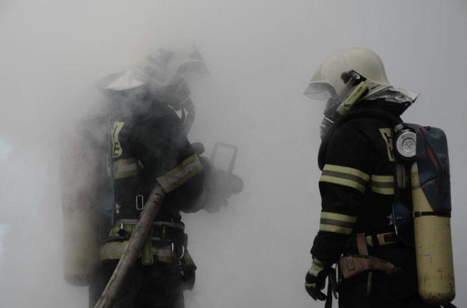 Domov pre zdravotne postihnutých vo Vejprtoch zachvátil požiar, hlásia mŕtvych aj zranených